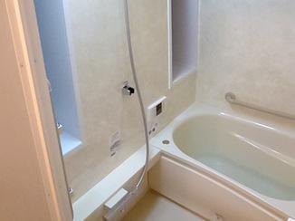 バスルームリフォーム 窓を活かし、広さを最大限にとったバスルーム