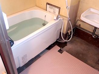 バスルームリフォーム オリジナルのすのこで底上げし入浴しやすい浴室に