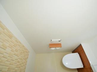 トイレリフォーム 調湿タイルがアクセントの綺麗でお洒落なトイレ