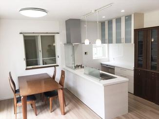キッチンリフォーム ペンダントライトがお洒落な、白基調で明るい空間になったキッチン