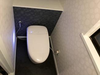 トイレリフォーム 黒系と白系のクロスでまとめた、個性的でお洒落なトイレ空間