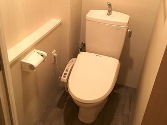 小工事 見違えるほど綺麗に仕上がり、清掃性に優れたトイレ空間へ