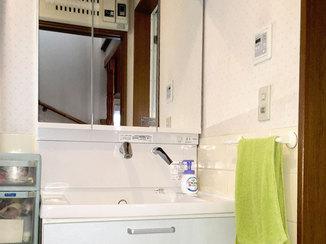 洗面リフォーム 2段引き出しや吊戸棚を付けることで、収納力が抜群に良くなった洗面
