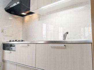 キッチンリフォーム ダイニングの雰囲気まで明るくする、引き出しタイプが便利なキッチン