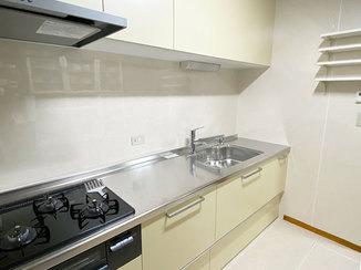 キッチンリフォーム コンセントと可動式の棚が使い勝手の良いキッチン