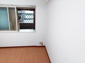 内装リフォーム 防音仕様のフローリングと一新したクロスで居心地のよい寝室に