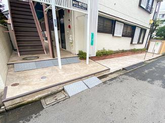 エクステリアリフォーム 見栄えよく仕上がった、すべりにくく汚れにくいアパートの通路