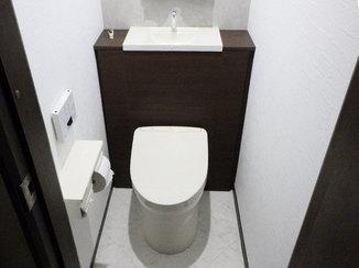 トイレリフォーム スッキリ収納できる!キャビネット付きのタンクレス風トイレ