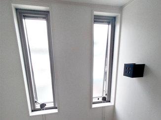 内装リフォーム 高所でも開閉しやすいチェーン付きの窓