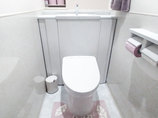 トイレリフォーム清潔感のある白で統一した明るいトイレ