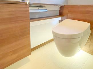 トイレリフォーム 床掃除がラクになる、便器が浮いたフローティングデザインのトイレ